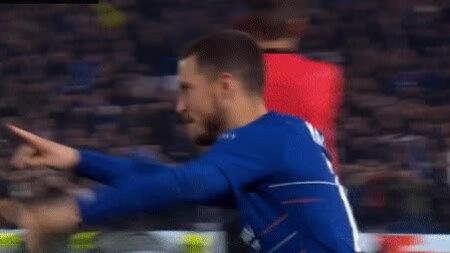 Hazard ôm an ủi thủ môn trai đẹp khi đồng đội ăn mừng