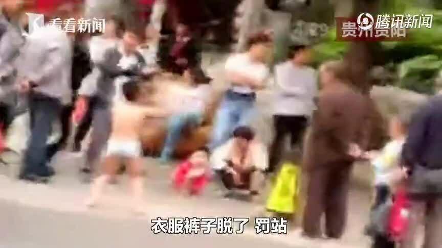 Mẹ lột đồ, bắt con trai squat ngoài đường vì tội bóp mông bạn gái