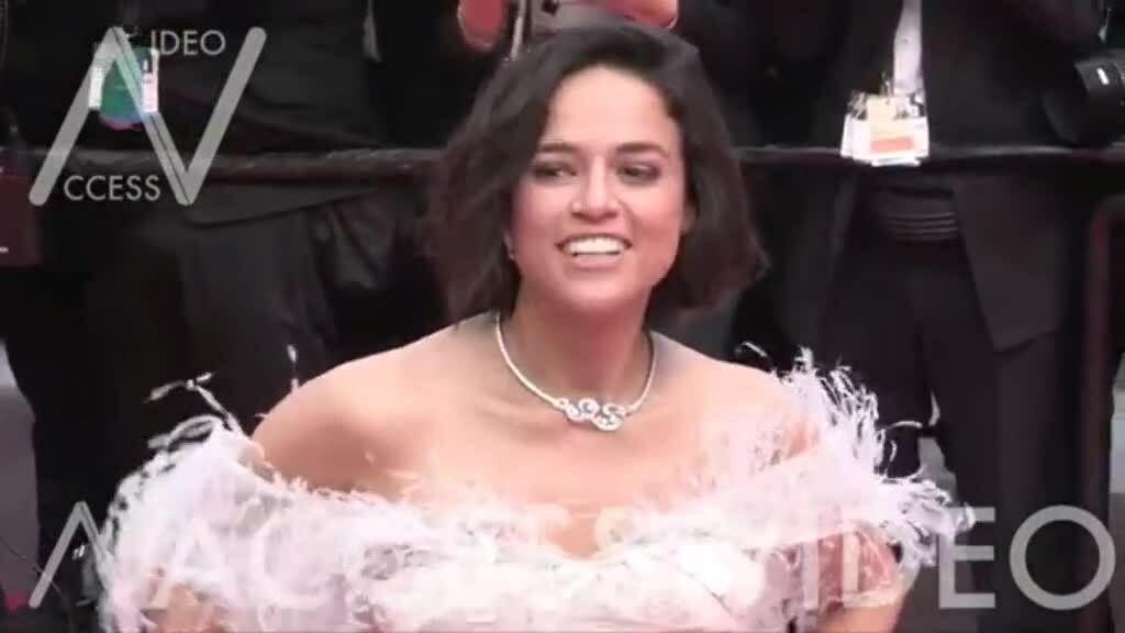 Michelle Rodriguez nhai kẹo cao su trên thảm đỏ Cannes
