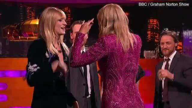 Taylor Swift ôm Sophie Turner