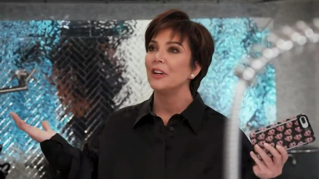 Chị em Kim Kardashian không tin tưởng bồ trẻ của mẹ
