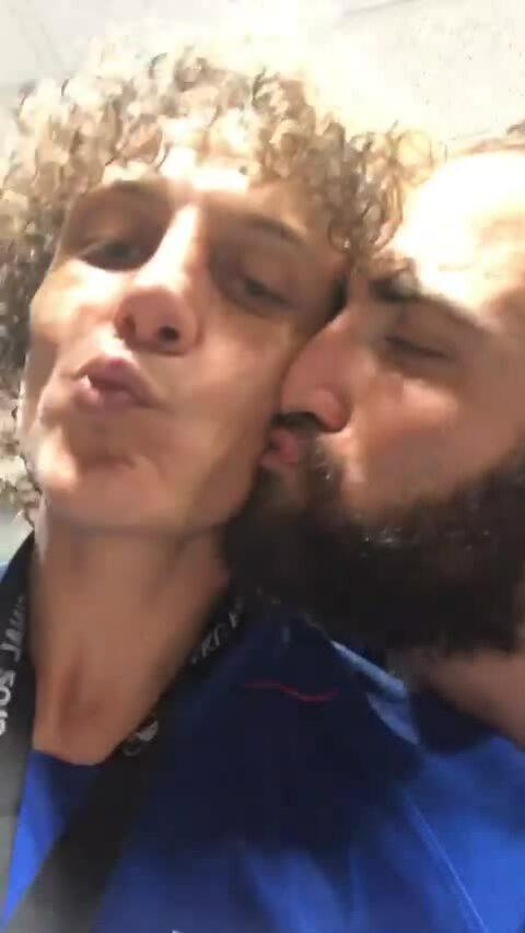 Higuain hôn David Luiz