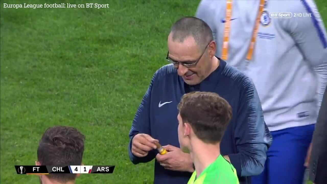 HLV Chelsea rút cigar mừng Cup Europa League