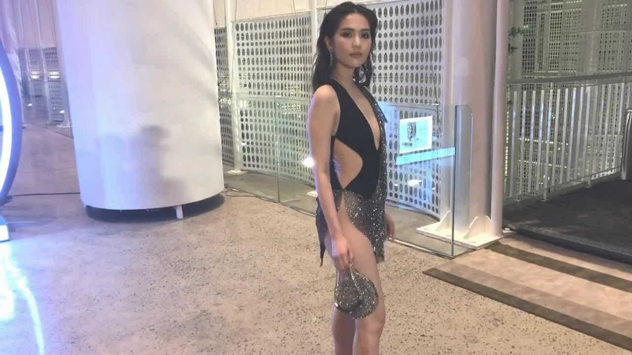 Ngọc Trinh mặc váy như bikini đi xem show Đỗ Long