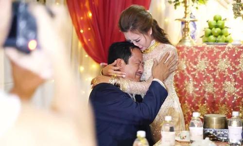 Bố cô dâu khóc nức nở khi tiễn con gái lấy chồng