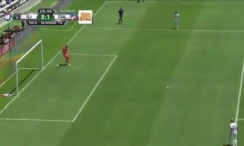 Thủ môn để bóng lọt qua chân vào lưới từ đường chuyền về của đồng đội