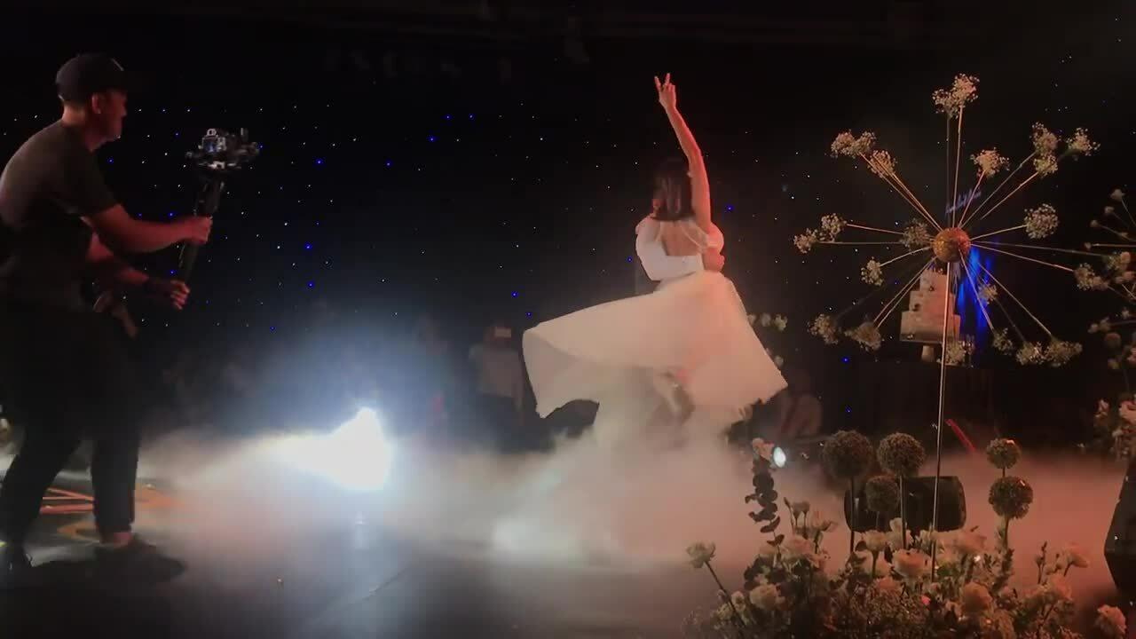 Vợ chồng Phương Mai khiêu vũ trong tiệc cưới