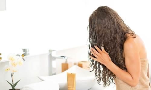 Mặt nạ hai thành phần có sẵn trong tủ bếp giúp tóc hết xơ rối