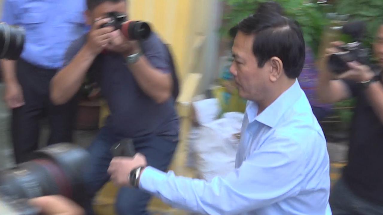 Ông Nguyễn Hữu Linh chạy trốn phóng viên khi đến tòa