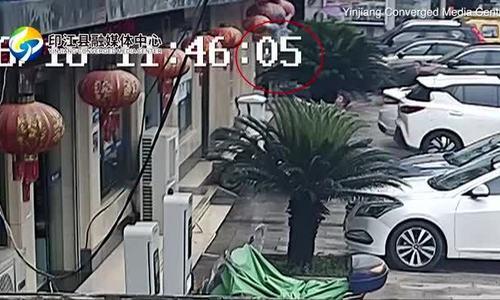 Người qua đường tay không đỡ bé trai rơi từ tầng hai