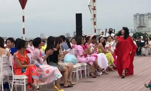 Thanh Lam hát sung trên bến Bạch Đằng