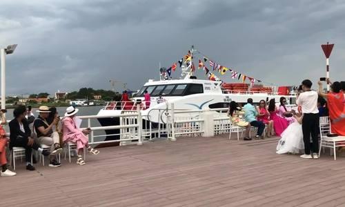 Võ Hoàng Yến đứng trên boong tàu mở màn show thời trang