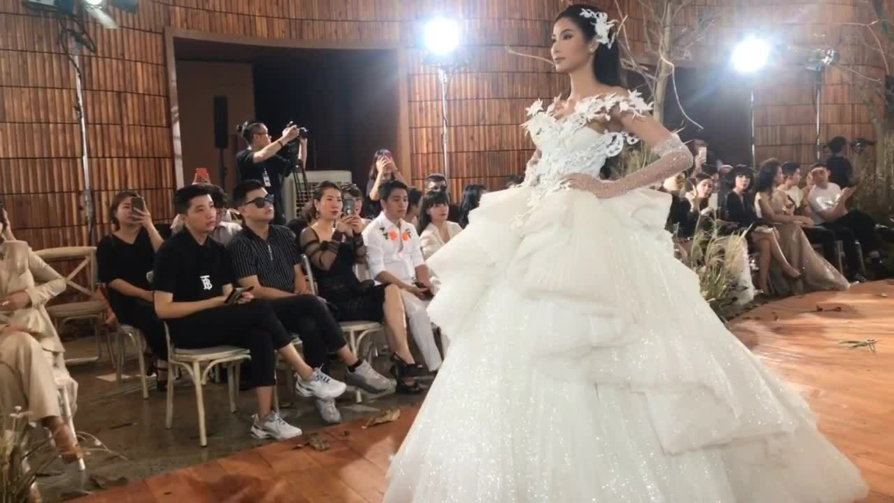 Hoàng Thuỳ làm vedette show Chung Thanh Phong