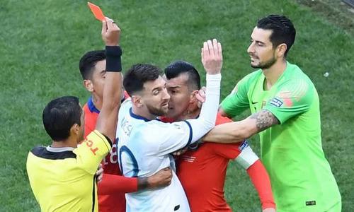 Messi chọi ngực với đối thủ, nhận thẻ đỏ