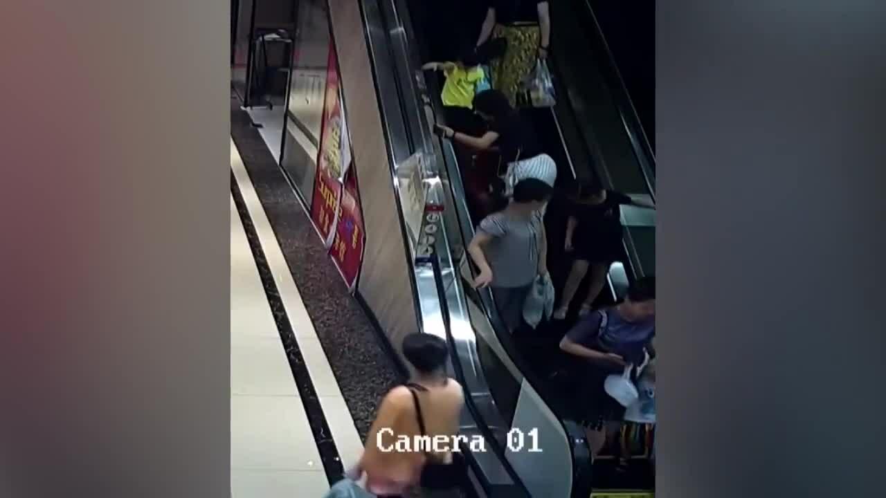 Bé 2 tuổi bị kẹp tay vào thang cuốn khi đi mua sắm cùng mẹ