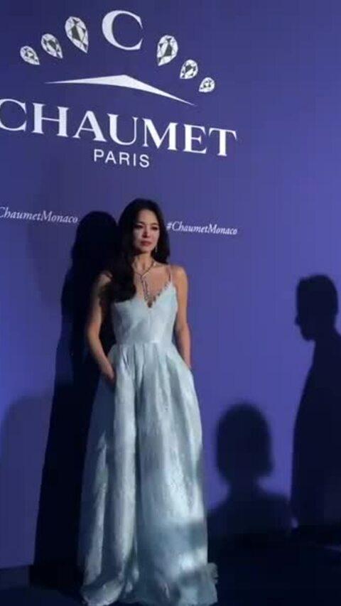 Song Hye Kyo diện váy trắng gợi cảm