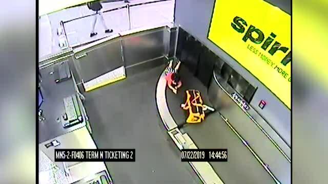 Bé 2 tuổi bị cuốn vào băng chuyền hành lí ở sân bay Mỹ