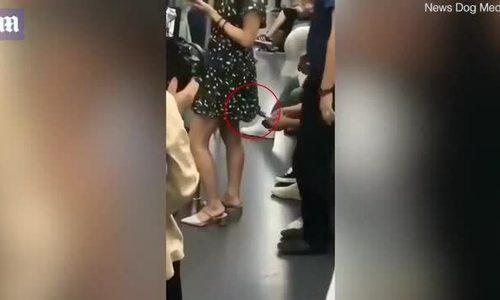 Hành khách nhường ghế cho cô gái bị 'yêu râu xanh' quay lén