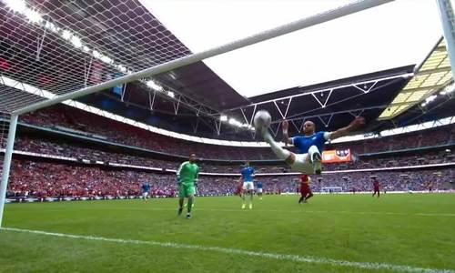 Đội trưởng Man City bay người phá bóng trước vạch vôi
