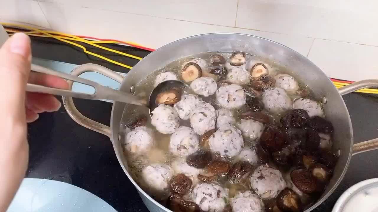 Kiwi Ngô Mai Trang trổ tài nấu canh mọc