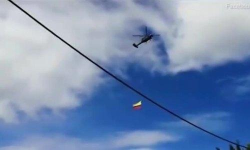 Hai lính không quân rơi xuống đất khi đu trên lá cờ bay