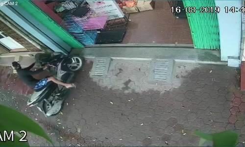 Tên trộm xe máy bỏ chạy vì bị chó phát hiện