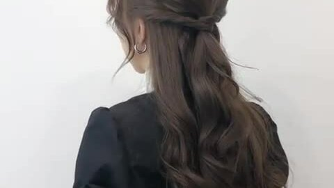 Tạo kiểu tóc buộc nửa đầu duyên dáng cho buổi hẹn hò