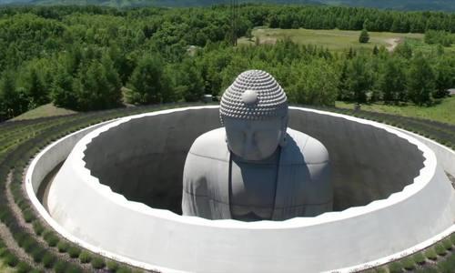 Tượng Phật 'chìm' dưới đất ở Nhật