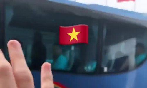 Văn Lâm tiễn đồng đội về Việt Nam