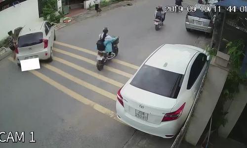 Nữ tài xế để ôtô trôi tự do giữa phố