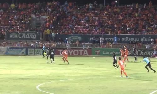 Văn Lâm cản penalty giúp Muangthong chiến thắng