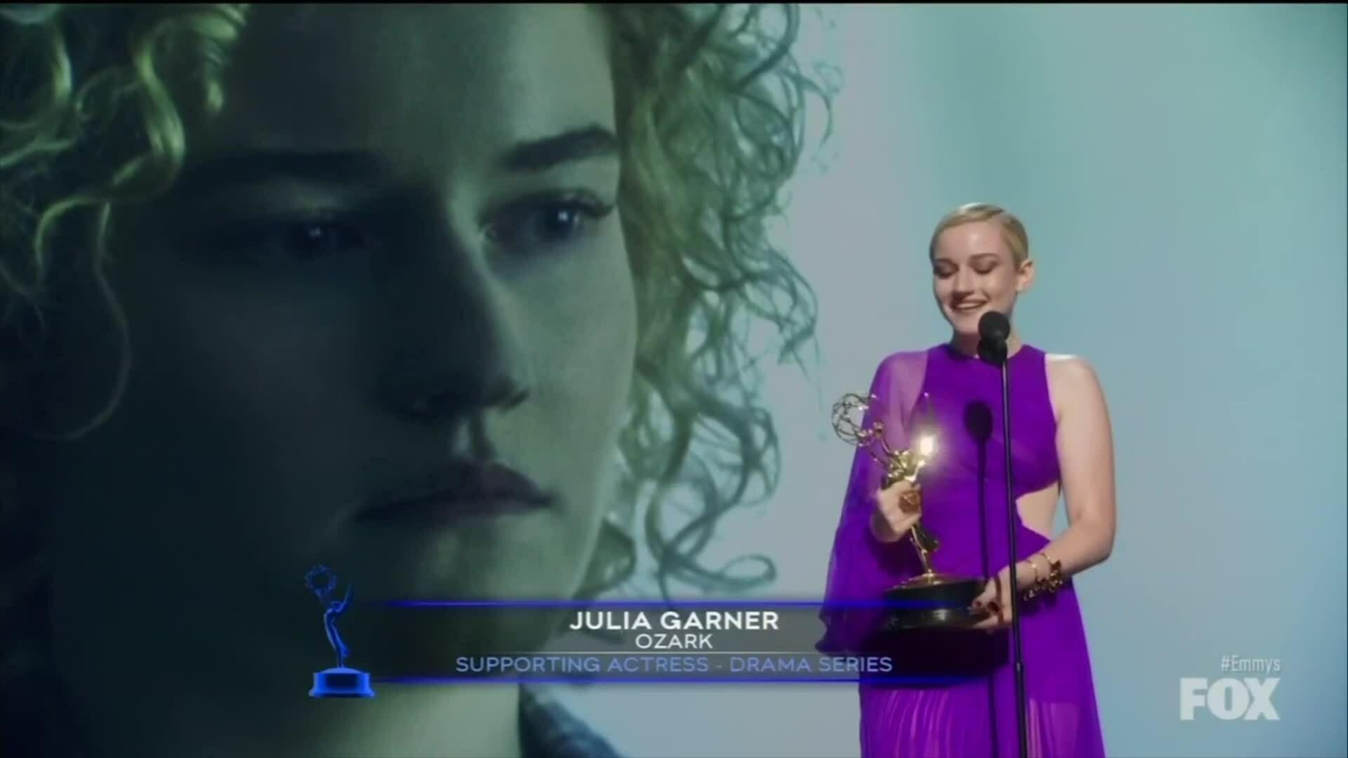 Julia Garner mặc đầm Công Trí nhận giải Emmy