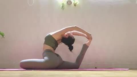 Sĩ Thanh chăm tập yoga để giữ dáng