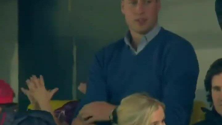 George phấn khích đi xem bóng đá cùng bố mẹ