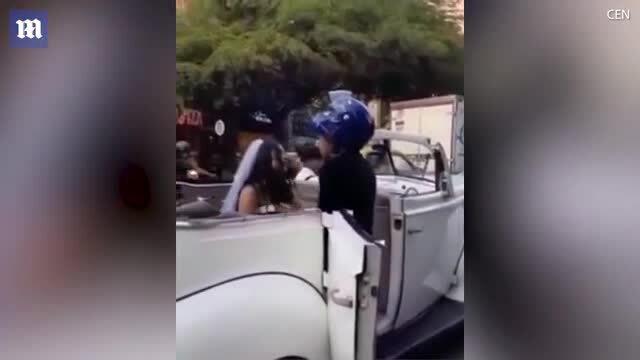 Chặn xe dâu giữa đường để cầu xin bạn gái cũ đừng cưới