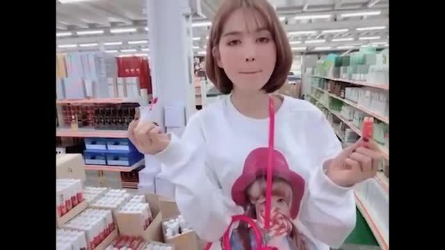 Ngọc Trinh bị chỉ trích khi thử son ở Hàn Quốc