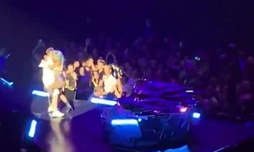 Lady Gaga hoảng loạn khi ngã từ sân khấu