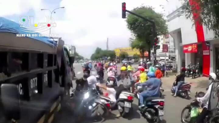 Xe tải tông đoàn người chờ đèn đỏ