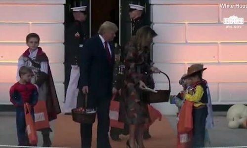 Vợ chồng ông Trump phát kẹo ở Nhà Trắng nhân Halloween