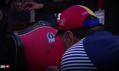 Maradona ngồi 'ngai vàng' chỉ đạo học trò