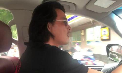Quách Ngọc Ngoan vừa lái xe vừa hát