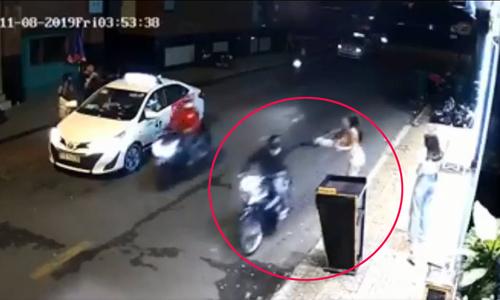 Cô gái ngã lộn nhào vì bị cướp túi xách