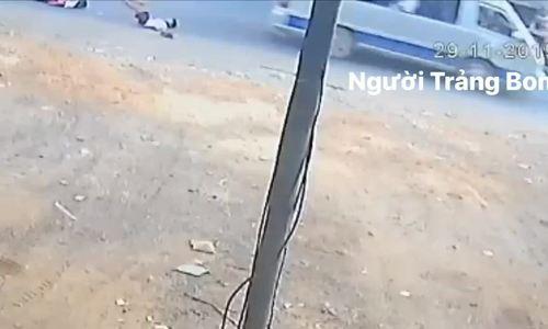 Hai học sinh rơi xuống đường khi ôtô đang chạy