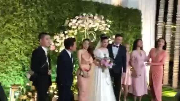 Trường Giang - Nhã Phương tay trong tay dự đám cưới Hoàng Oanh