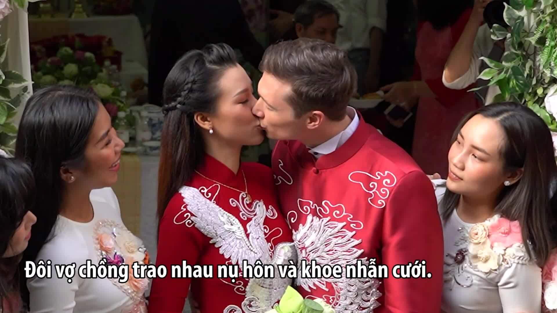 Vợ chồng Hoàng Oanh liên tục hôn nhau ở lễ rước dâu