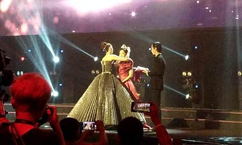 Ngọc Trinh biểu diễn cùng Chi Pu trong WebTVAsia