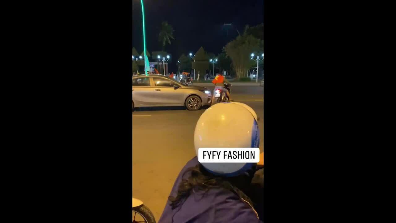 Thanh niên suýt bị ôtô tông