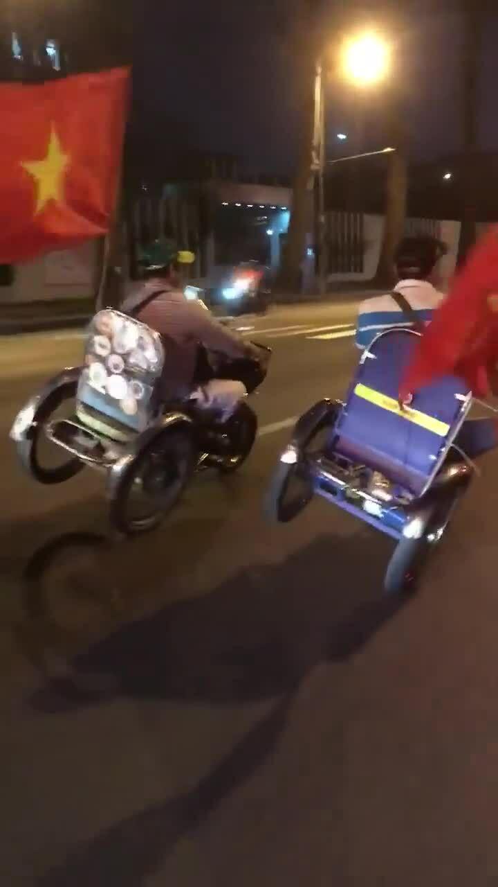 Xe 3 bánh tự chế đua nhau chạy nghiêng khi 'đi bão'