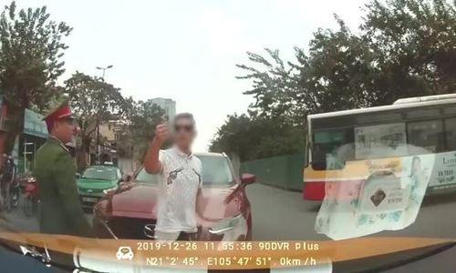 Tài xế ôtô lấn làn thách thức người đi đúng đường
