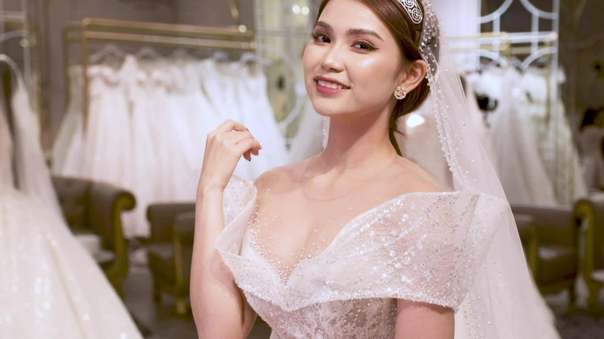 Váy cưới lấy cảm hứng từ hồng Ecuador